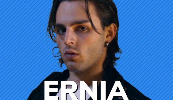 """Ernia, il nuovo singolo """"Ferma a guardare"""" (video)"""