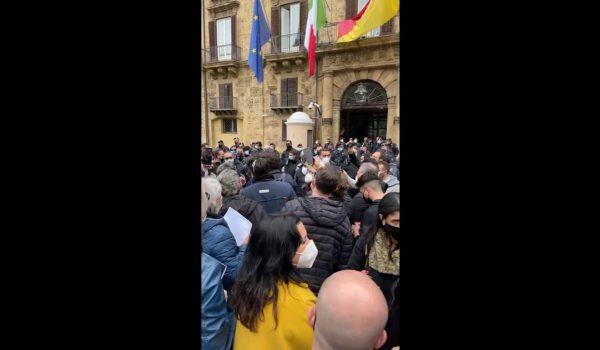 Ancora chiusure: protesta a Piazza Indipendenza di ristoratori e parrucchieri