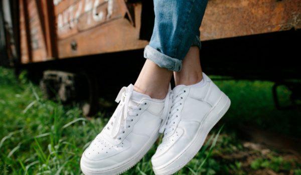 Moda estate 2021: sneakers bianche trendy e versatili.