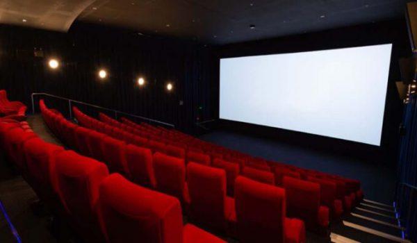 """Cinema: prima la sala e poi lo streaming. Franceschini firma il nuovo """"decreto finestre"""""""