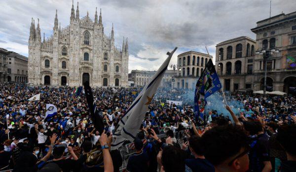 Piazza Duomo invasa per lo scudetto dell'Inter: sindaco Sala nella bufera