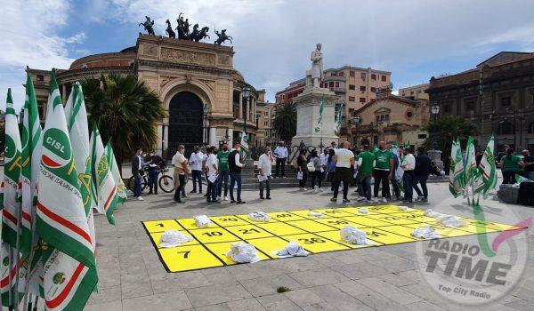 Sale giochi e centri scommesse ancora chiusi: al Politeama la protesta dei lavoratori