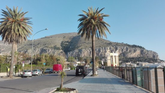 ZTL e pedonalizzazione a Mondello: da oggi al via l'ordinanza